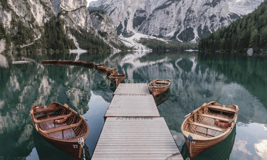 lago con barche